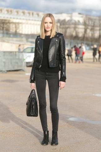 Как и с чем носить: черная кожаная косуха, черный вязаный свитер, темно-серые джинсы скинни, черные кожаные ботинки на шнуровке