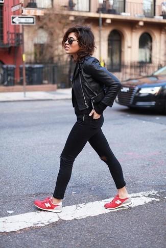 Как и с чем носить: черная кожаная косуха, черный вязаный свитер, черные рваные джинсы скинни, красные низкие кеды