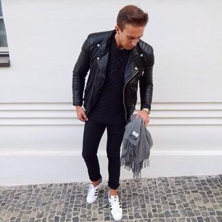 Как и с чем носить: черная кожаная косуха, темно-синий вязаный свитер, черные зауженные джинсы, бело-черные кожаные низкие кеды