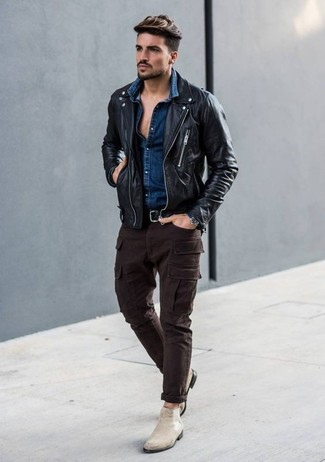 Как и с чем носить: черная кожаная косуха, темно-синяя джинсовая рубашка, темно-коричневые брюки карго, бежевые замшевые ботинки челси