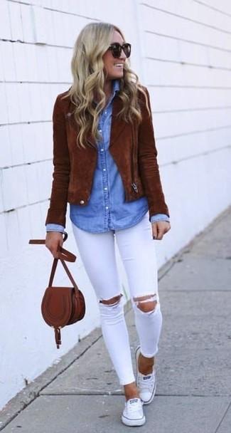 Как и с чем носить: коричневая замшевая косуха, голубая джинсовая рубашка, белые рваные джинсы скинни, белые низкие кеды из плотной ткани