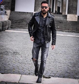 Темно-серые рваные джинсы: с чем носить и как сочетать мужчине: Черная кожаная косуха и темно-серые рваные джинсы — превосходная формула для создания приятного и несложного образа. В тандеме с черными кожаными ботинками челси такой образ смотрится особенно гармонично.