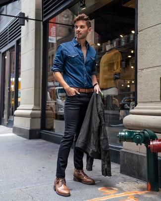 Как и с чем носить: темно-серая замшевая косуха, синяя джинсовая рубашка, черные зауженные джинсы, коричневые кожаные повседневные ботинки