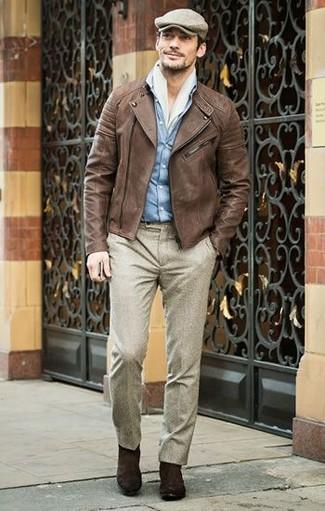 Как и с чем носить: коричневая кожаная косуха, голубая джинсовая рубашка, бежевые шерстяные классические брюки, темно-коричневые замшевые ботинки челси