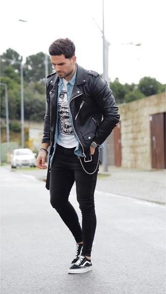 Как и с чем носить: черная кожаная косуха, голубая джинсовая рубашка, бело-черная футболка с круглым вырезом с принтом, черные зауженные джинсы