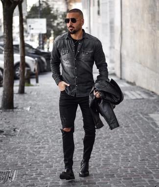 Как и с чем носить: черная кожаная косуха, темно-серая джинсовая рубашка, черная футболка с круглым вырезом, черные рваные джинсы