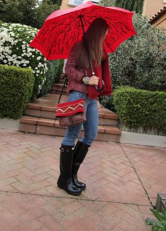 4a19edd1 Женская мода › Мода для 30-летних женщин Модный лук: темно-красная косуха  букле, синие джинсы, черные резиновые сапоги,
