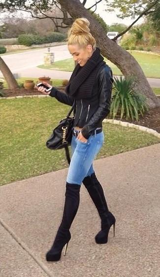 Модный лук: Черная кожаная косуха, Синие джинсы скинни, Черные замшевые ботфорты, Черная кожаная сумка-саквояж