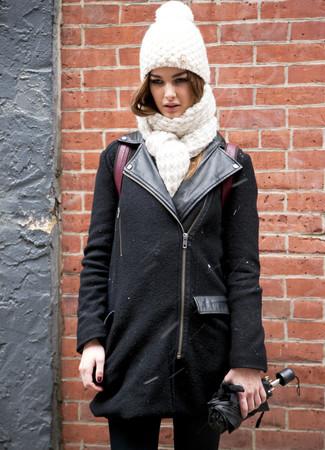 Как и с чем носить: черная шерстяная косуха, черные джинсы скинни, темно-красный кожаный рюкзак, белая вязаная шапка