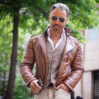 Как и с чем носить: коричневая кожаная косуха, коричневый жилет в шотландскую клетку, белая классическая рубашка, бежевые джинсы