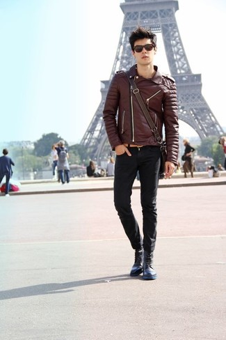 Как и с чем носить: темно-коричневая кожаная косуха, черные зауженные джинсы, темно-синие кожаные повседневные ботинки, темно-коричневая кожаная сумка почтальона