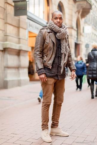 Как и с чем носить: коричневая кожаная косуха, темно-серый кардиган с деревянными пуговицами, коричневые брюки чинос, бежевые замшевые ботинки дезерты