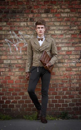 Как и с чем носить: светло-коричневая кожаная косуха, белая классическая рубашка, черные брюки чинос, темно-коричневые кожаные туфли дерби