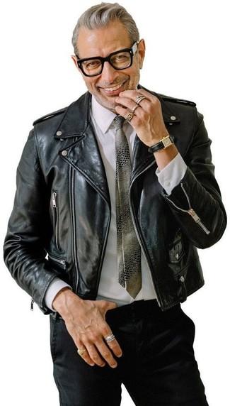 Как и с чем носить: черная кожаная косуха, белая классическая рубашка, черные брюки чинос, серый галстук с принтом