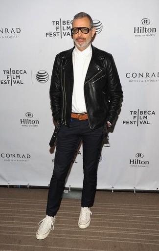 Как и с чем носить: черная кожаная косуха, белая классическая рубашка, черные брюки чинос, белые высокие кеды из плотной ткани