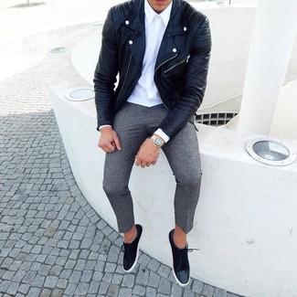 Как и с чем носить: черная кожаная косуха, белая классическая рубашка, серые шерстяные брюки чинос, черные замшевые низкие кеды