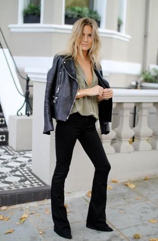 Как и с чем носить: черная кожаная косуха, оливковая классическая рубашка, черные джинсы-клеш, черные замшевые туфли