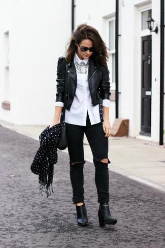 Как и с чем носить: черная кожаная косуха, белая классическая рубашка, черные рваные джинсы скинни, черные кожаные ботильоны