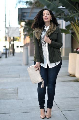 Светло-коричневые кожаные туфли: с чем носить и как сочетать: Оливковая косуха и темно-синие джинсы скинни — неотъемлемые вещи в гардеробе стильной девушки. В паре с этим нарядом наиболее уместно выглядят светло-коричневые кожаные туфли.