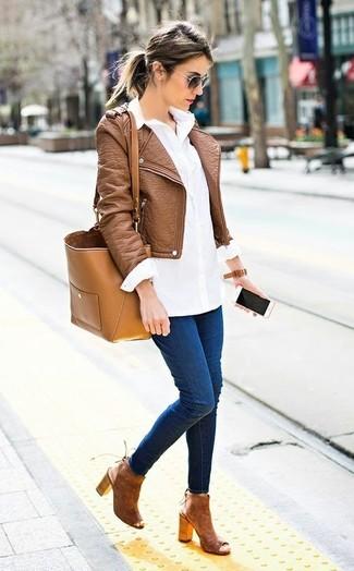 Как и с чем носить: коричневая кожаная косуха, белая классическая рубашка, темно-синие джинсы скинни, коричневые замшевые ботильоны с вырезом