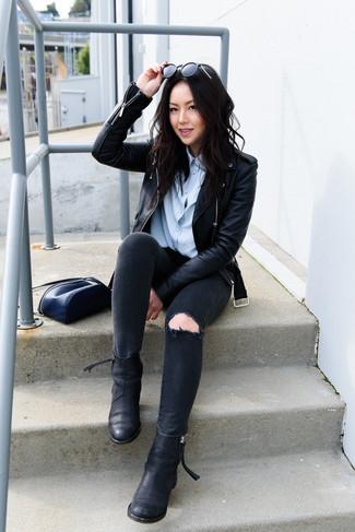 Как и с чем носить: черная кожаная косуха, голубая классическая рубашка, черные рваные джинсы скинни, черные кожаные ботинки челси
