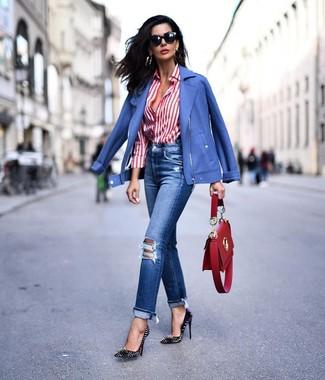 Как и с чем носить: синяя косуха, бело-красная классическая рубашка в вертикальную полоску, синие рваные джинсы, черные кожаные туфли с шипами