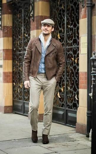 Темно-коричневые замшевые ботинки челси: с чем носить и как сочетать мужчине: Коричневая кожаная косуха и бежевые классические брюки — отличный выбор для повседневного офисного ансамбля. Темно-коричневые замшевые ботинки челси — великолепный вариант, чтобы завершить образ.