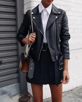 Как и с чем носить: черная кожаная косуха, белая классическая рубашка, черная короткая юбка-солнце, черная кожаная сумка через плечо
