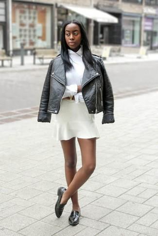 Как и с чем носить: черная кожаная косуха, белая классическая рубашка, белая короткая юбка-солнце, черные кожаные лоферы