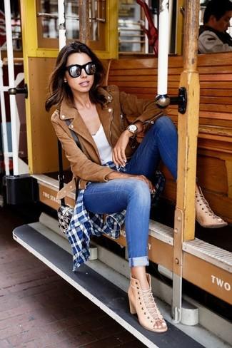 Как и с чем носить: коричневая замшевая косуха, темно-сине-белая классическая рубашка в мелкую клетку, белая майка, синие джинсы скинни
