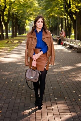Как и с чем носить: табачная кожаная косуха, синяя классическая рубашка, табачная кожаная мини-юбка, черные кожаные босоножки на каблуке