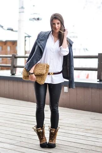 Как и с чем носить: черная кожаная косуха, белая классическая рубашка, черные кожаные узкие брюки, коричневые кожаные зимние ботинки