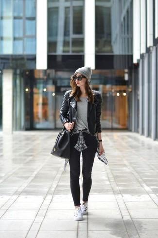 Как и с чем носить: черная кожаная стеганая косуха, серая классическая рубашка в шотландскую клетку, серая футболка с круглым вырезом, черные леггинсы