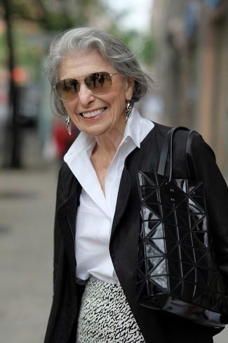Как и с чем носить: черная косуха, белая классическая рубашка, бело-черная юбка-карандаш с принтом, черная кожаная большая сумка