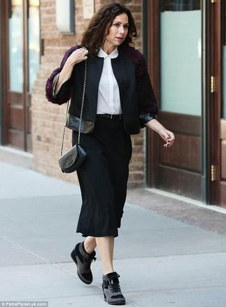 Как и с чем носить: черная шерстяная косуха, белая шелковая классическая рубашка, черная юбка-миди, черные замшевые кроссовки на танкетке