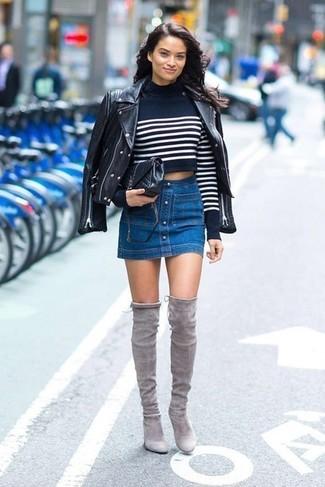 Модные женские луки 2020 фото: Если ты считаешь себя одной из тех барышень, способных хорошо разбираться в одежде, тебе полюбится образ из черной кожаной косухи и синей джинсовой юбки на пуговицах. Если ты любишь смелые решения в своих нарядах, дополни этот серыми замшевыми ботфортами.