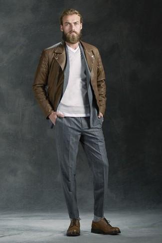 Как и с чем носить: коричневая кожаная косуха, серый костюм в вертикальную полоску, серый свитер с v-образным вырезом, белая футболка с v-образным вырезом