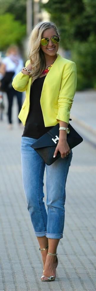 Как и с чем носить: желтая косуха, черная майка, синие джинсы скинни, золотые кожаные босоножки на каблуке