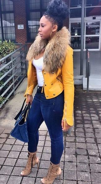 Как и с чем носить: желтая кожаная косуха, белая майка, темно-синие джинсы скинни, светло-коричневые кожаные ботильоны с вырезом