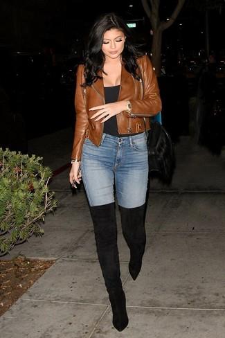 Как и с чем носить: коричневая кожаная косуха, черная майка, голубые джинсы скинни, черные замшевые ботфорты