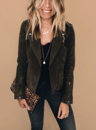 Как и с чем носить: темно-коричневая замшевая косуха, черная кружевная майка, черные джинсы скинни, светло-коричневый замшевый клатч с леопардовым принтом