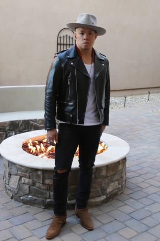 Мужские луки: Сочетание черной кожаной косухи и черных рваных джинсов - очень практично, и поэтому прекрасно подойдет на каждый день. Завершив ансамбль коричневыми замшевыми ботинками челси, ты привнесешь в него нотки мужественной элегантности.