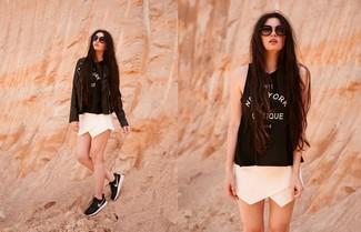 Как и с чем носить: черная кожаная косуха, черно-белая майка с принтом, белые шорты, черно-белые кроссовки
