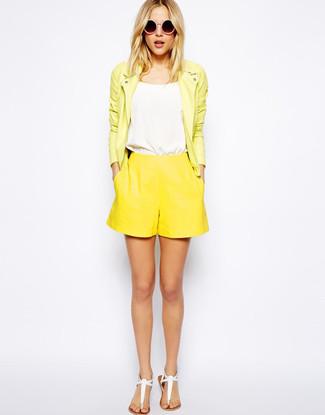 Как и с чем носить: желтая кожаная косуха, белая майка, желтые шорты, белые кожаные вьетнамки