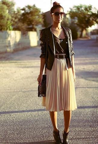 Как и с чем носить: черная кожаная косуха, черная майка, бежевая юбка-миди со складками, темно-коричневые кожаные ботильоны на танкетке