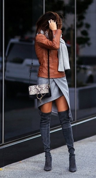 Как и с чем носить: табачная кожаная косуха, серая мини-юбка с разрезом, темно-серые замшевые ботфорты, серая кожаная сумка через плечо со змеиным рисунком