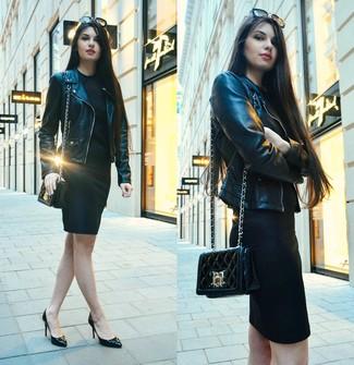 Как и с чем носить: черная кожаная косуха, черное облегающее платье, черные кожаные туфли, черная кожаная стеганая сумка через плечо