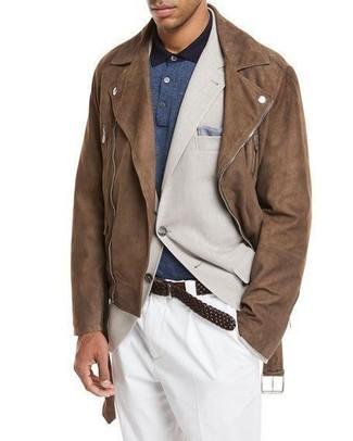 Как и с чем носить: коричневая замшевая косуха, бежевый пиджак, темно-синяя футболка-поло, белые классические брюки