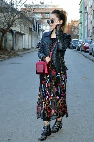 Как и с чем носить: черная кожаная стеганая косуха, черное платье-макси с вышивкой, черные кожаные ботильоны с шипами, темно-красная бархатная сумка через плечо