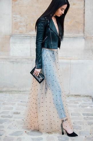 Как и с чем носить: черная кожаная стеганая косуха, бежевое платье-макси из фатина в горошек, голубые джинсы, черные замшевые туфли